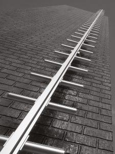 Mast stige med integreret vertikalt forankringssystem
