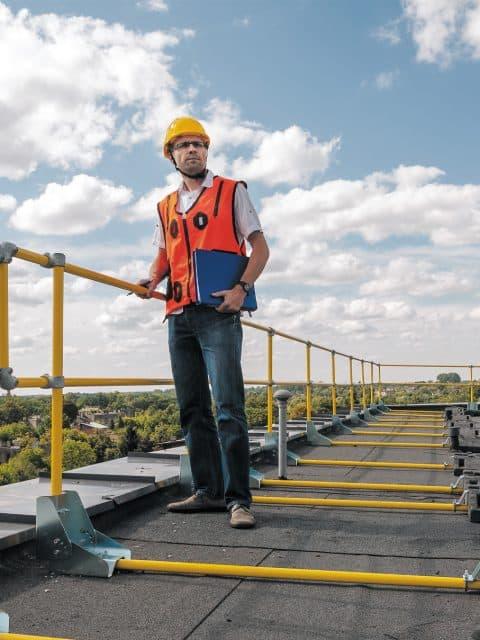 Fritstående modulært kantbeskyttelsessystem med rækværk baseret på kontravægte af plast og udstyret med skridsikker belægning