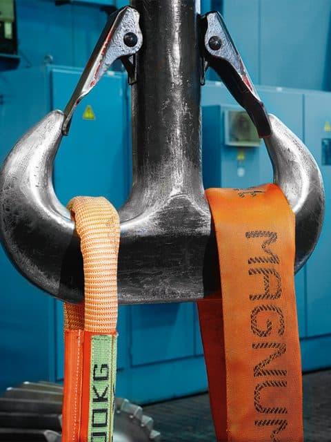 SpanSet Magnum-X rundsling, med den specielle kompakte og fleksible kappe, som gør anhugning i krankrog og anhugningspunkter optimal