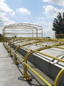 AT 242 er et faldsikringsgitter, som beskytter skylight (ovenlys) på fladt og skrånende tag op til 15 grader